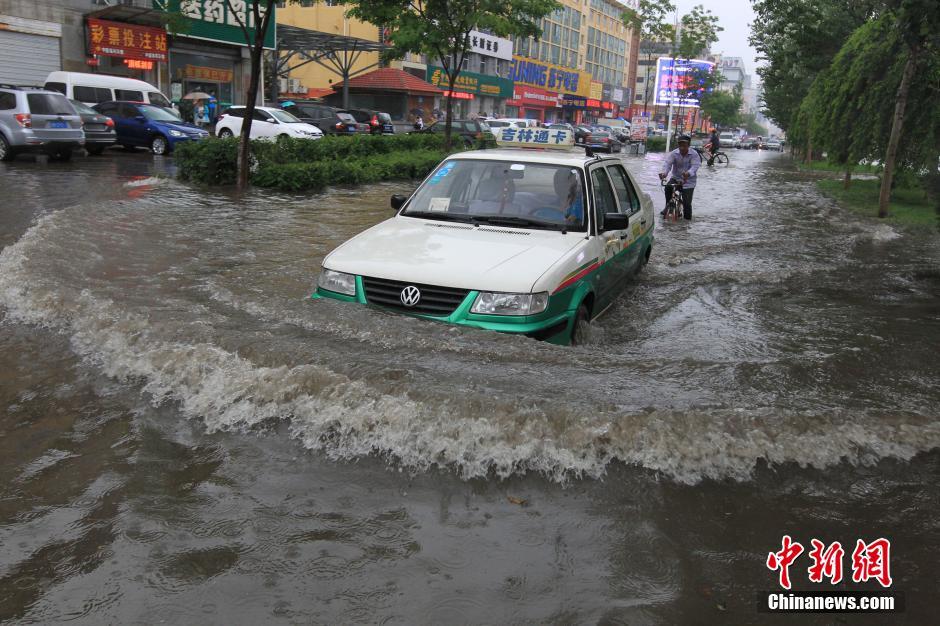6月18日下午,吉林省吉林市突降大雨,致当地多条街道积水严重,低洼处积水深达1米,一些车辆陷入水中无法行进。中新社发 苍雁 摄