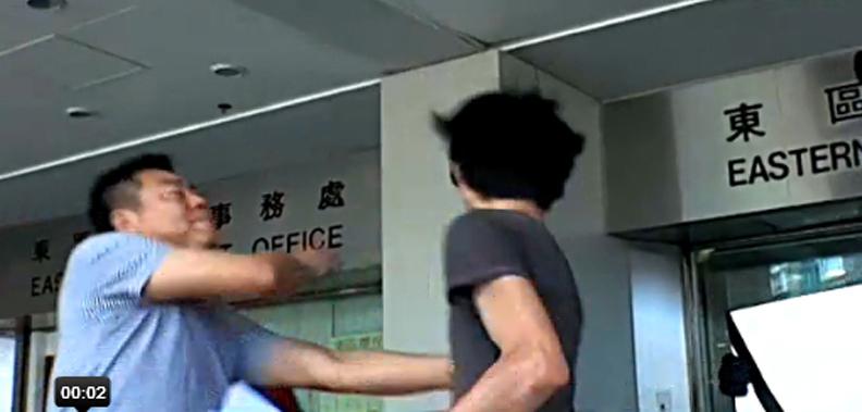 一名中年男性走上前去,大力掌掴招显聪两次,将其打倒。
