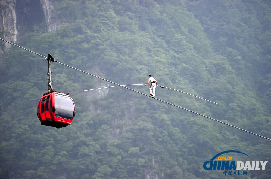 2014年6月28日,湖南省张家界市,弗雷迪・诺克在陡峭的张家界天门山索道上行走。(中国日报亚洲新闻图片网 邵颖 摄)