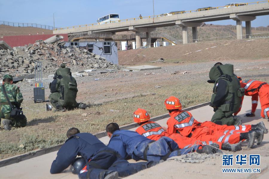 """演习中,特战队员对""""暴恐分子""""放置的爆炸物实施现场排爆(6月26日摄)。"""