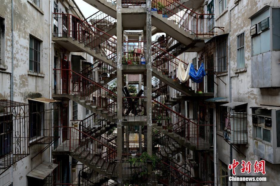 南宁市一居民区里面有一栋很奇特霸气的楼层建筑。楼层之间通过一个双向楼梯层层相连,连连相扣,十分霸气。