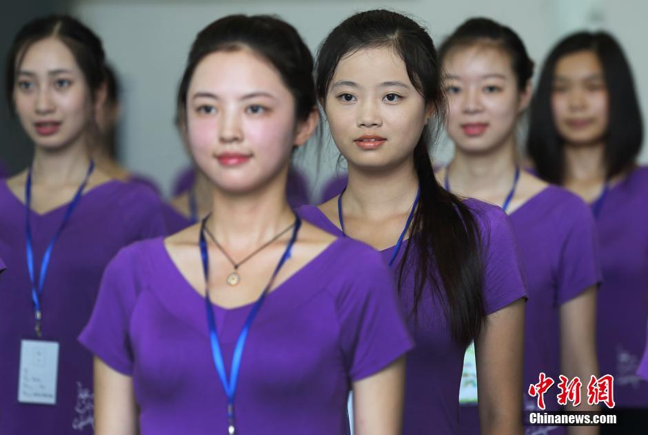 7月13日,491名青奥礼仪志愿者在南京武警江苏总队训练基地集体亮相,她们全部是来自南京各大高校的大学生,个个形象好、气质佳、身高均在1.68米以上、英语水平在4级以上。