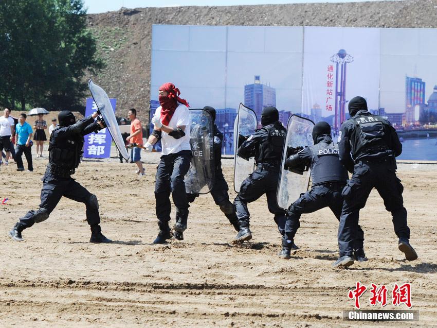 7月14日,吉林省公安武警反恐维稳实战演练在长春举行。演练包括反恐突击小组精确打击暴恐目标、各警种联合打击暴恐目标实战对抗、狙击手反劫持实战演练、武警快速突击反恐制暴等科目。