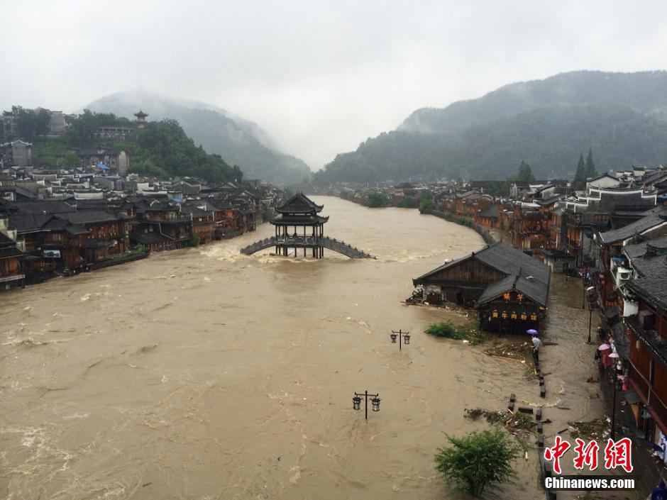 7月15日,受暴雨影响,湖南凤凰古城出现严重内涝,导致沿江商户和客栈低层被淹,古城内全城停电。