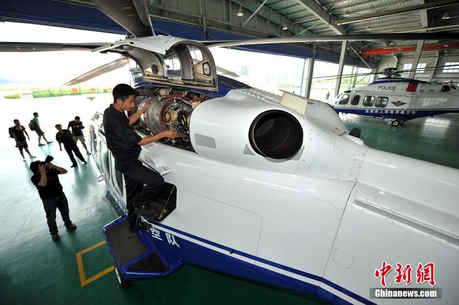 7月14日,北京警务航空总队首次面向媒体开放。针对目前北京的反恐形势,警航总队制定了8条航线,每周至少飞行30个小时。