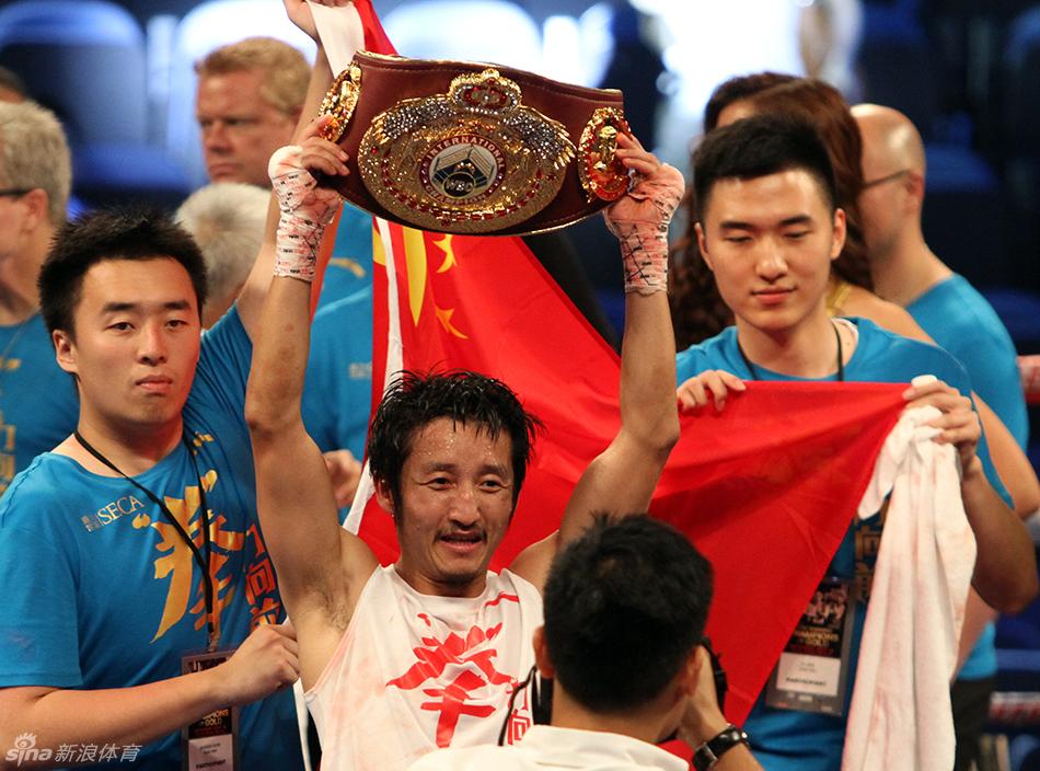 """北京时间7月19日,""""皇者之战""""职业拳击对抗赛在澳门威尼斯人酒店金光综艺馆进行,两届奥运冠军邹市明战胜前哥伦比亚冠军德拉罗萨,获得了职业生涯第五场胜利,并且也获得了WBO国际蝇量级金腰带。"""