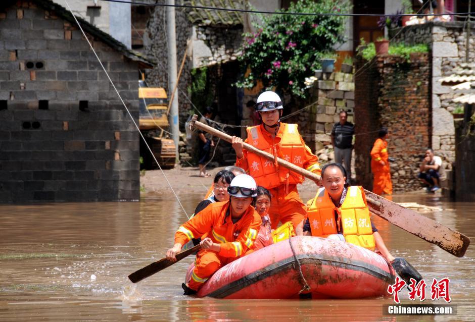 """7月22日,贵州省兴义市威舍镇阿依村二龙口组整个村寨被强降雨引发的洪水围困,变成""""孤岛"""",洪水一度淹过村子低洼处的民房房顶。"""