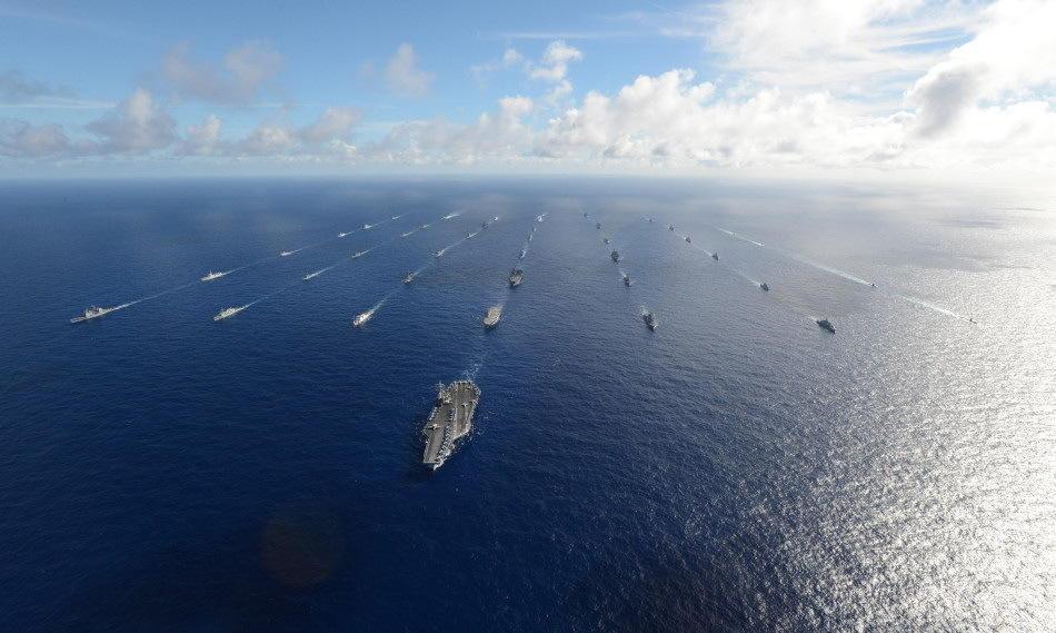 """当地时间7月24日,由中国、美国、墨西哥、文莱舰艇组成的175.1特混大队在夏威夷海域进行多项演习后,向考爱岛以西航拍待机海区机动,进行""""环太平洋--2014""""参演舰艇航拍。"""