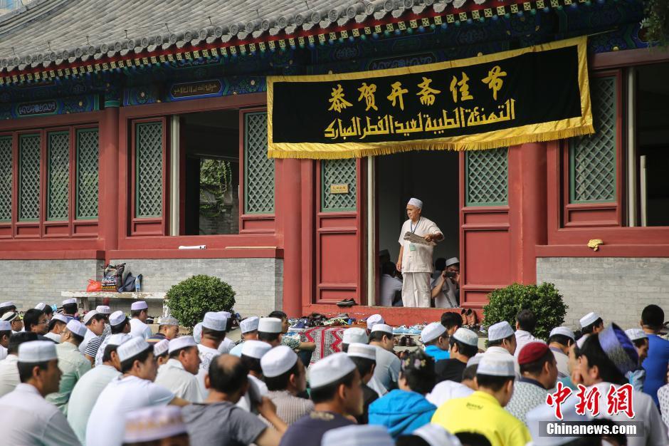 7月29日,北京牛街清真寺举办会礼活动。当日是伊斯兰开斋节。图为参加开斋节活动的信众。