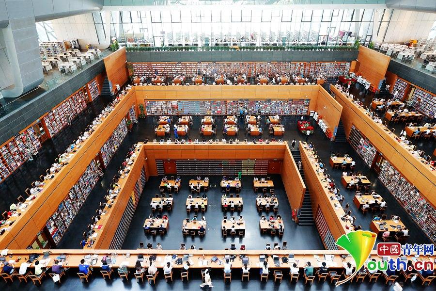 从高处俯瞰,国家图书馆里浩瀚的书籍与专心阅读的人们构成一幅壮观而令人震撼的画卷。
