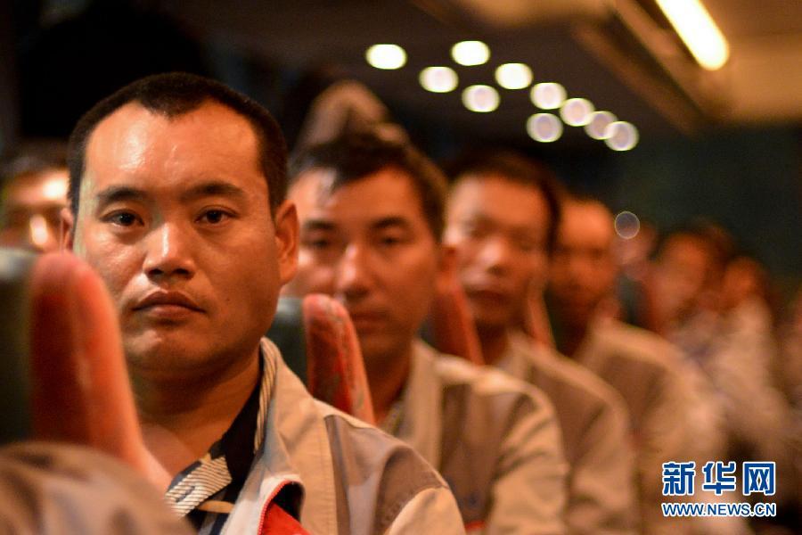 8月2日,在突尼斯拉斯杰迪尔口岸,从利比亚撤离的中国工人排队安检行李。当天晚上,97名中国在利比亚务工人员在使馆的协助下顺利办完通关手续,全部入境突尼斯。