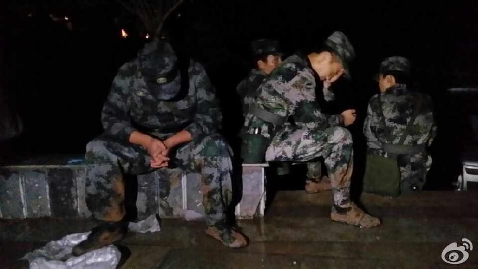 2014年8月3日16时30分,云南省昭通市鲁甸县(北纬27.1度,东经103.3度)发生6.5级地震,震源深度12公里。初步统计,截至8月4日7时,云南鲁甸地震已致373人遇难。图为困倦的救援官兵。