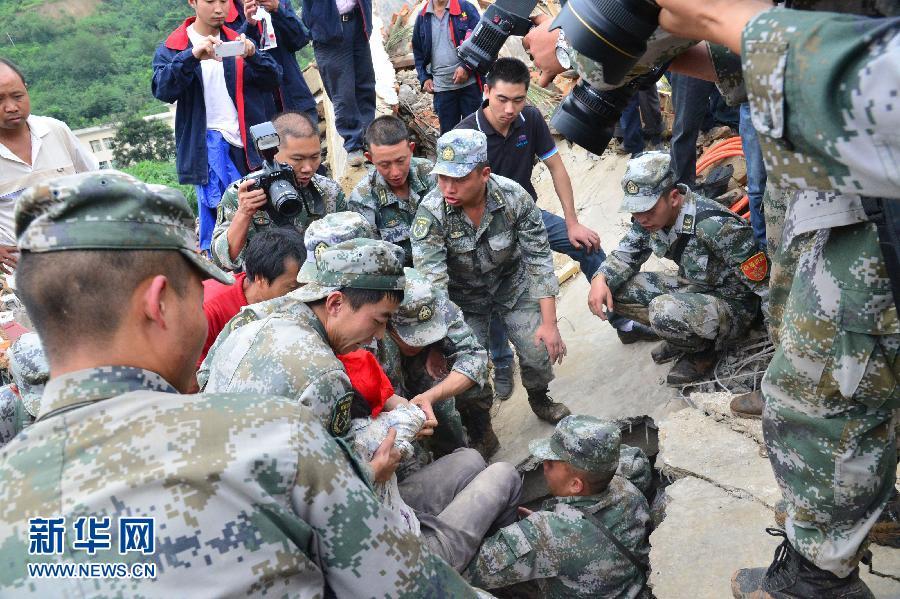 月4日,救援人员在抬出一名获救人员。