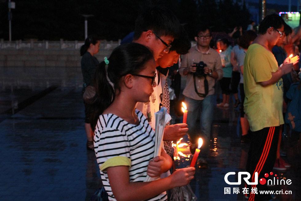 市民为鲁甸祈福。摄影:魏为