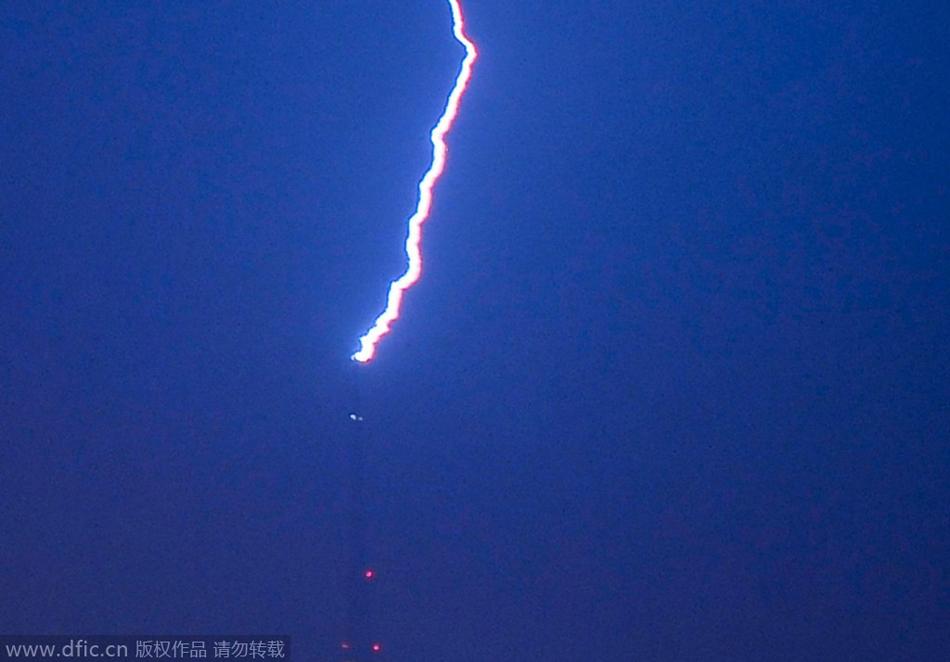 2014年8月11日午夜,雷阵雨突袭青岛,一道巨型闪电击中电视发射塔,雷声震耳欲聋。