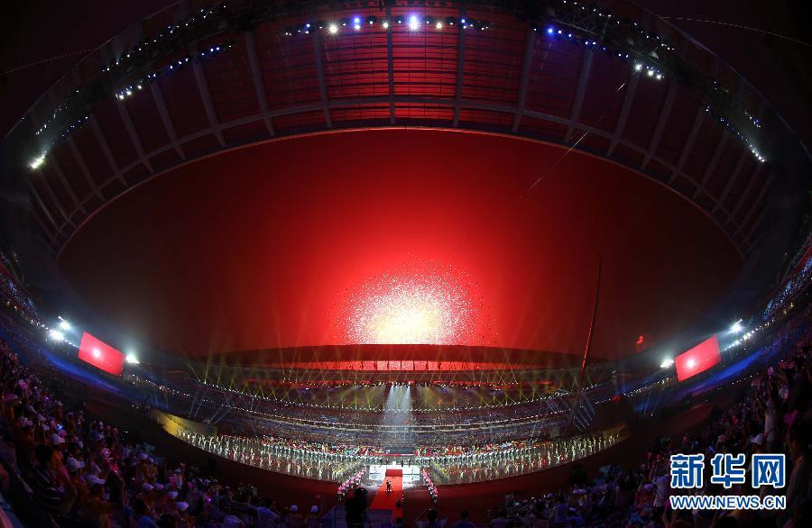 8月16日,第二届夏季青年奥林匹克运动会开幕式在南京奥林匹克中心举行。 图为开幕式上的文艺表演。
