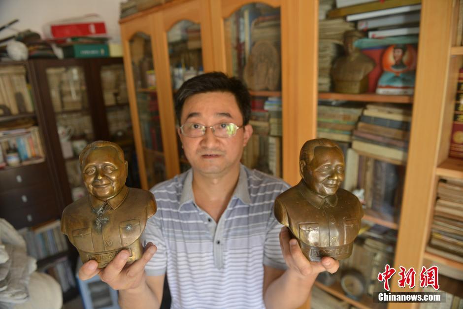 8月20日,四川广安收藏家范明展示他收藏到的邓小平雕像。