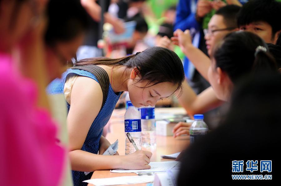 8月22日,一名新生在办理入学手续。当日,沈阳工业大学2014级新生报到入学,这是沈阳高校首批新生报到的学校。