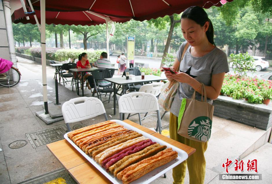 8月26日,市民用手机拍摄彩色油条。