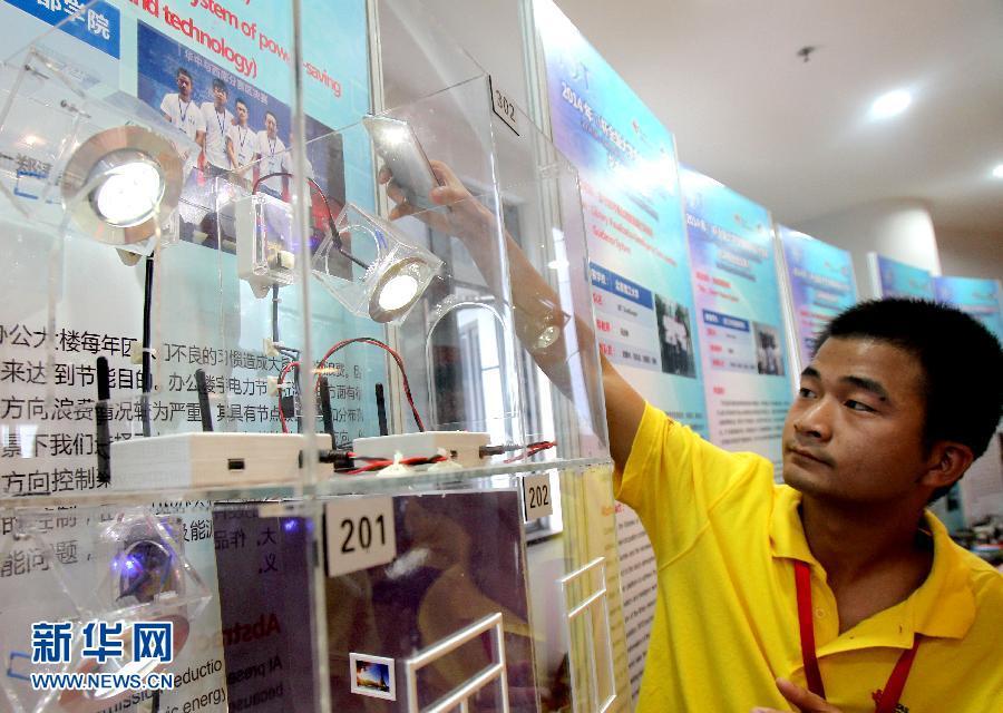 8月27日,电子科技大学的学生在展示办公楼宇节能灯光智能管理系统。