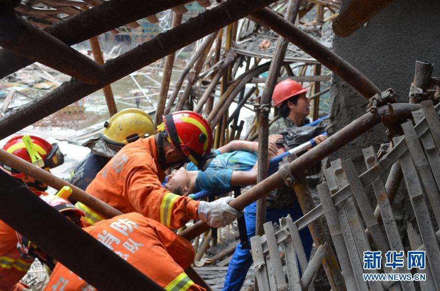 9月1日,救援人员正在搜救被埋压的工人。当日7时19分,位于浙江省宁波市北仑区四明山路与辽河路路口隆顺邱家拆迁安置房工地一脚手架发生坍塌,导致7名工人被困。