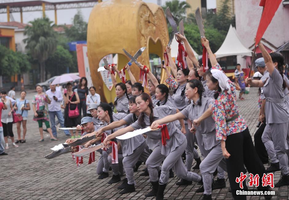 9月1日,重庆30余名大叔大妈们身着八路军服装,手持尖刀在重庆洋人街跳着自编舞蹈纪念第二次世界大战日本投降69周年。中新社发陈超摄