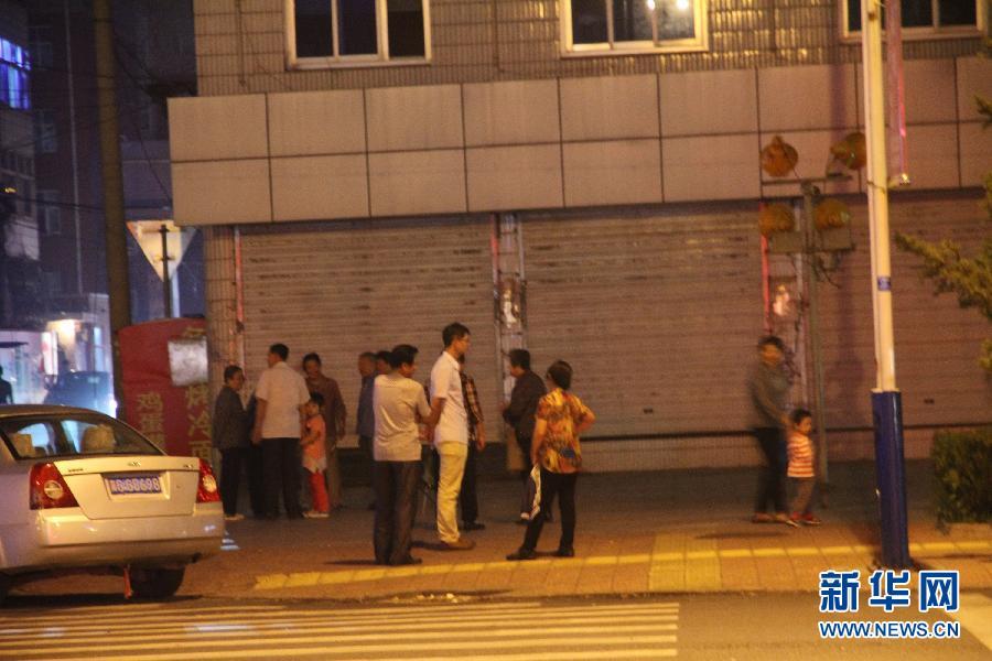 9月6日,地震发生后,群众在涿鹿县街头。