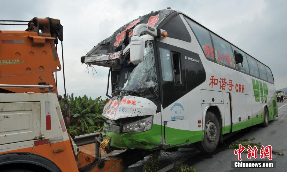 事故造成5人当场死亡,2人重伤,经送医院抢救无效死亡,另有18人受伤人员中,3人伤势较重。中新社发 黄耀辉 摄
