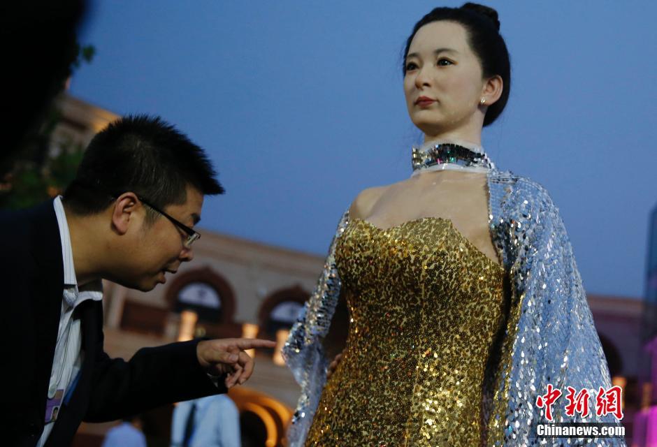 9月11日,天津民园体育场,中外嘉宾在观看高仿真美女机器人。
