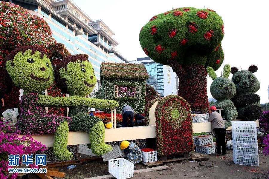 9月24日,工人在北京长安街西单路口搭建花坛。国庆节前,北京长安街西单路口的花坛开始搭建。 新华社记者 金立旺 摄