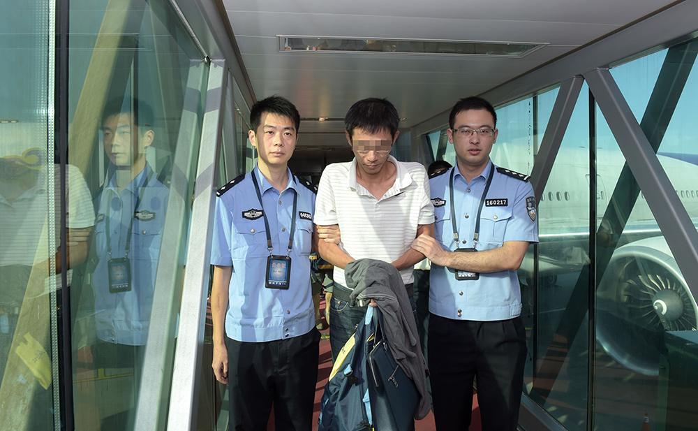 9月27日,中国警方在泰国执法部门大力配合下抓获的四名重大经济犯罪嫌疑人赵某、庞某、龙某、张某, 从泰国曼谷被顺利押解回北京。