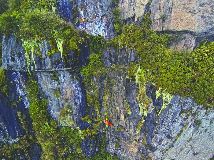 10月5日,峨眉山景区清洁工彭文才下到岩壁清理游客丢弃的垃圾。在海拔3079米的金顶舍身崖护栏外,彭文才已工作了14年。