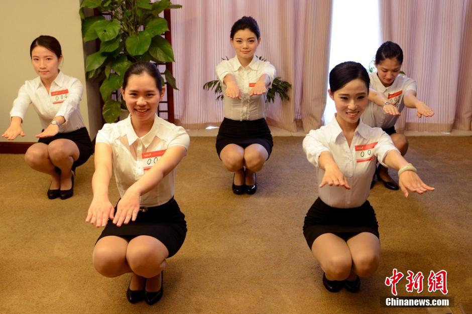 10月10日,深圳航空公司在江苏苏州举行空中乘务员暨兼职安全员的大型招聘会,二百多名俊男靓女前来应聘,争当空姐、空少。