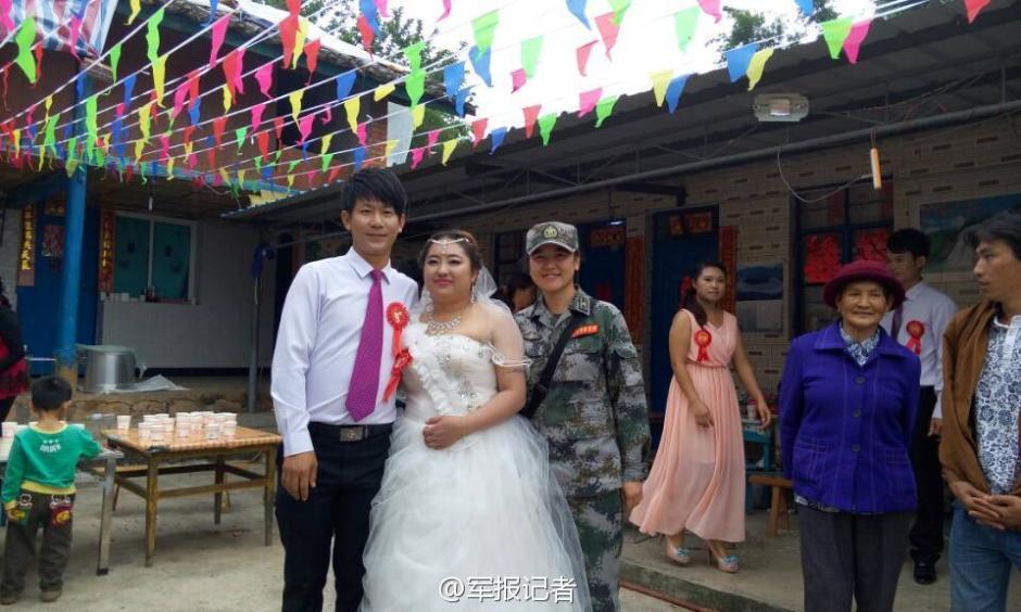 云南景谷地震灾区,帐篷婚礼如期举行。