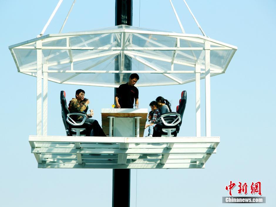10月18日,南京南站附近一品牌楼盘售楼处,一个空中悬浮餐厅亮相,吸引了众多市民前来体验悬空20米高品美食看美景的感觉。