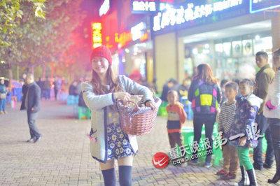 板栗妹妹成为好吃街的一道风景。