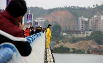 广西一女子跳桥失踪 民众围观拍照