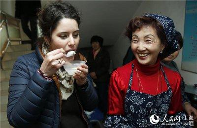 """社区里来了一位漂亮洋妞,这位名叫柯曼妮的意大利姑娘刚来中国两个星期,是同济大学工程学院的留学生。""""第一次吃,很好吃,第一次过中国的元宵节,还去猜了灯谜,很有意思!""""柯曼妮激动地说。"""