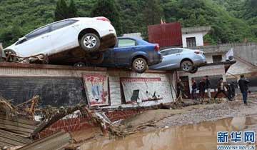 云南镇雄突发特大洪灾 汽车被冲上墙