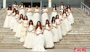安徽大学生集体穿婚纱拍创意毕业照