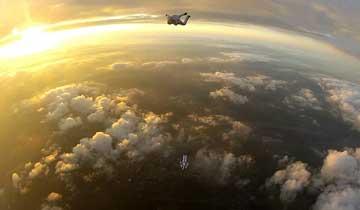 三名男子从四千米高空跳伞-挑战极限.jpg