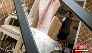 天津滨海爆炸事故 居民重回破损家园.jpg