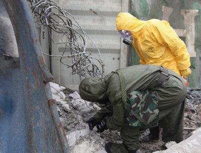 救援部队进入天津爆炸核心区辨识危化品