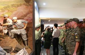 缅怀先烈重温历史 受阅外军参观抗战纪念馆