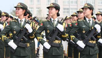 """三军仪仗队里的""""女汉子"""":敢和男兵掰手腕"""