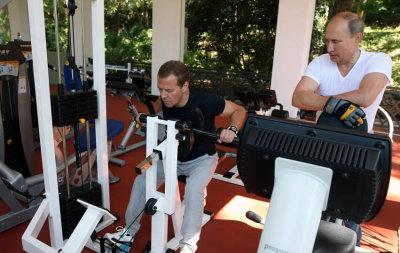普京与俄总理相约健身房 先练器械再品茶