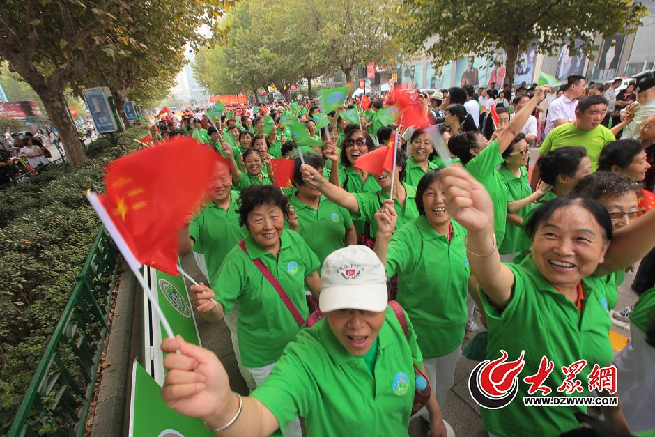 """9月22日上午9点50分,泉城路举办""""我爱慢生活,一起健步走""""绿色出行活动,上千市民参与。大众网记者 王长坤 摄"""