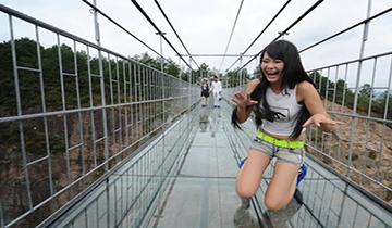 中国首条高空透明玻璃吊桥开通 高度达180米