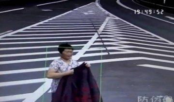 儿子高速路上倒车 母亲脱衣遮摄像头