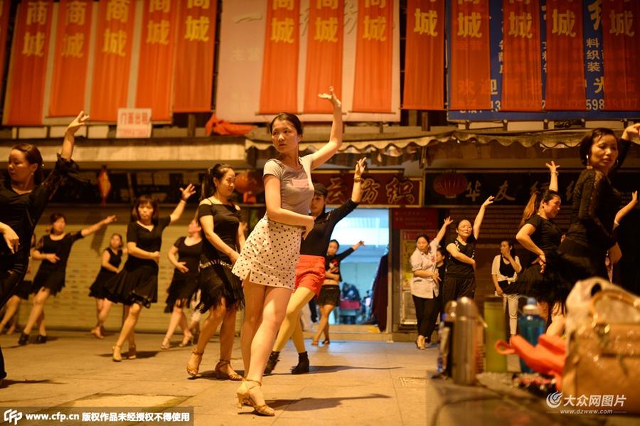 魔性广场舞!百名女老板忙完生意隔街斗舞